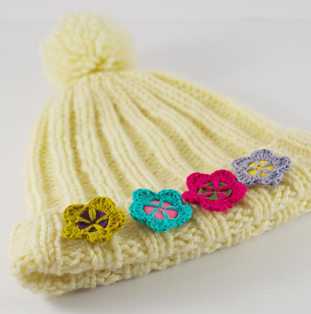 Knopfblumen auf Mütze