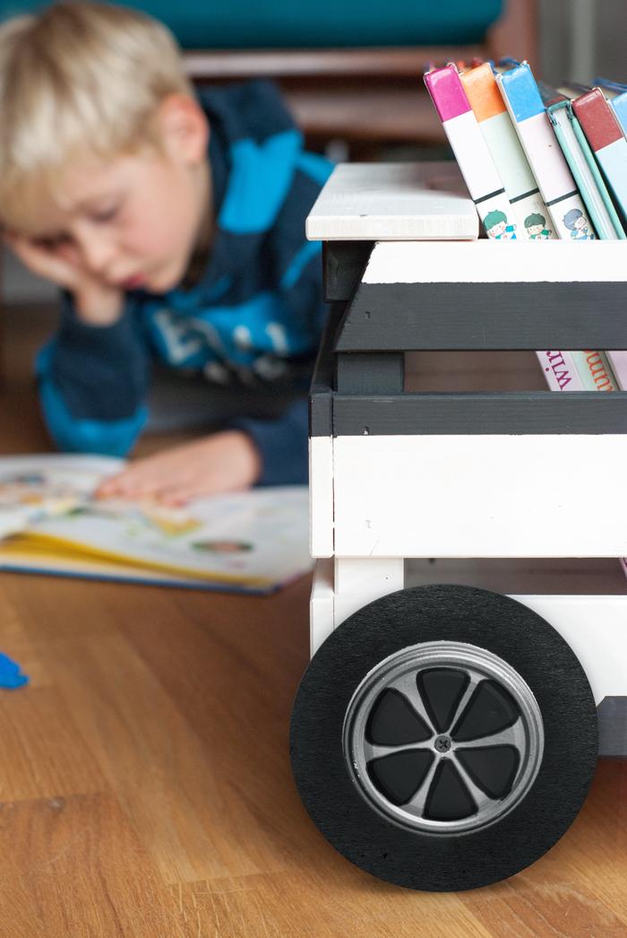 DIY Bücherauto oder wie eine Holzkiste zur fahrbaren Bibliothek wird