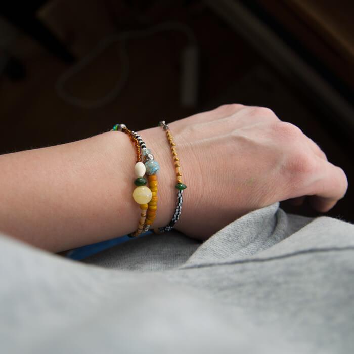 Diese süßen Armbänder aus kleinen Perlen kannst du mit meiner Anleitung ganz leicht selber machen. Sie sind ein toller Hingucker und geben ein prima Geschenk ab. Ein Tutorial von johannarundel.de