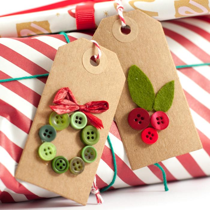 Weihnachtliche DIY Geschenkanhänger aus Knöpfen. Ein Tutorial von johannarundel.de
