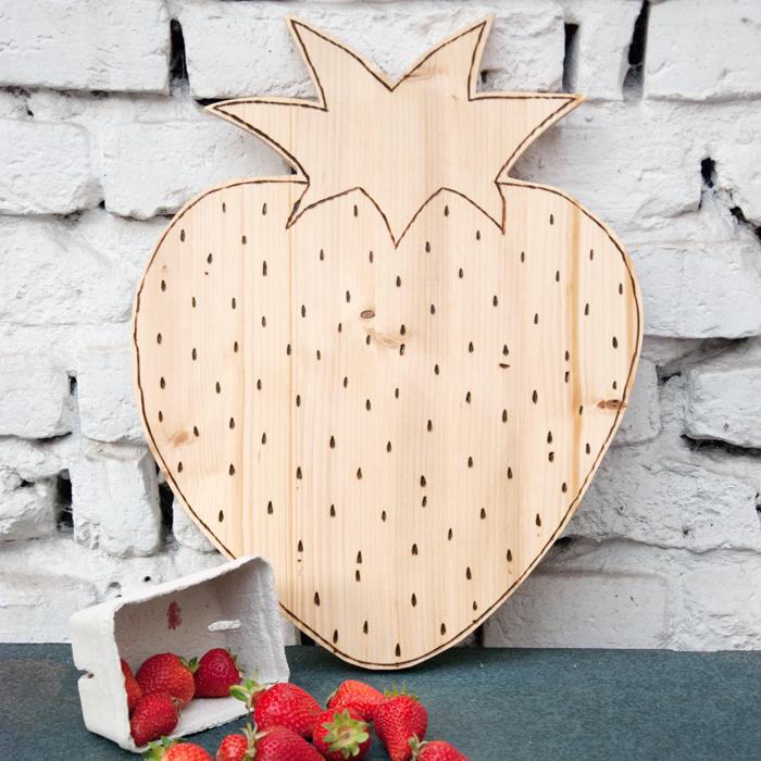 Sommerzeit ist Erdbeerzeit. Mit diesem schicken Erdbeerbrettchen holst du dir die süße Frucht in deine Küche. Ein Tutorial von johannarundel.de