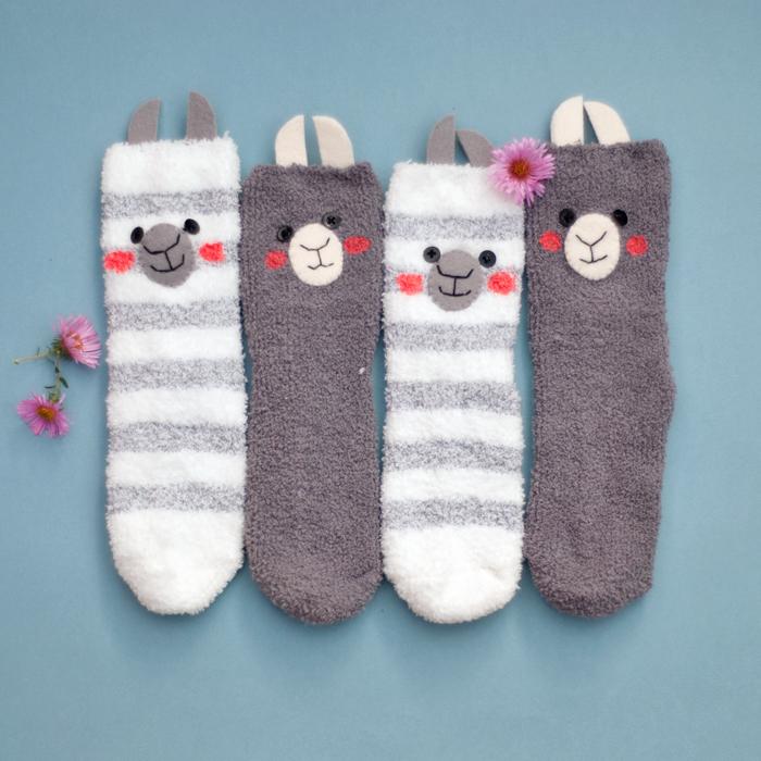 Diese super süßen DIY Lama-Socken hast du ganz schnell nachgebastelt. Ratzfatz hast du aus einem paar Kuschelsocken tolle Alpakas gemacht. Ein Tutorial von johannarundel.de