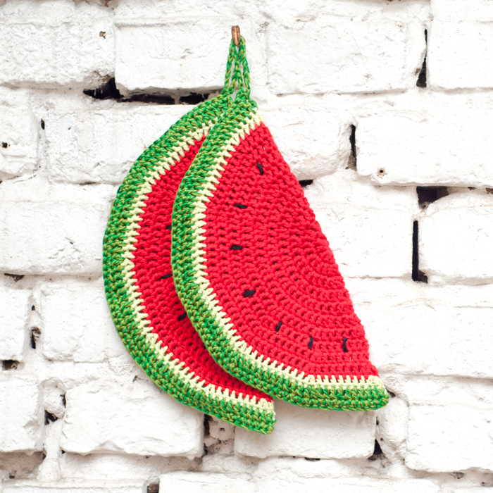 Fruchtig-frische Sommermaschen. Häkle dies super einfachen, anfängerfreundlichen Topflappen in Melonen-Form. Als Geschenk oder zum selbst behalten. Ein DIY von johannarundel.de