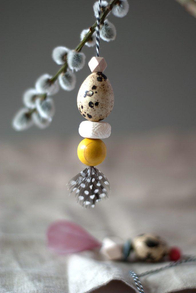 Heute zeige ich dir ein paar super einfache DIY Osteranhänger. Sie sind ganz schnell gemacht und sehen an einem Zweig aufgehängt als Oster-Dekoration einfach nur zauberhaft aus. Die besondere Note bekommen die Anhänger durch extra schöne Federn und Perlen. Basis ist ein kleines Wachtelei.