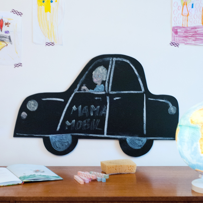 Erfinde dein Auto jeden Tag neu! Mit dieser dekorativen Tafel in Form eines Autos kannst du so richtig kreativ werden. Rot? Blau? Oder ganz anders? In einer bebilderten Anleitung erkläre ich dir wie du die Tafel bastelst (inkl.Vorlage für den Autoumriss). Ein Tutorial von johannarundel.de