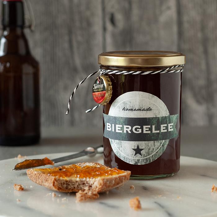 Bier kann man nicht nur trinken – nein, man(n) kann es sich auch aufs Brot schmieren! Dieses Biergelee schmeckt prima zu Käse oder ganz pur aufs Brot. Und wenn du des Mannes Lieblings-Biersorte dafür verwendest hast du ein super personalisiertes Männergeschenk – zum Beispiel zum Vatertag!
