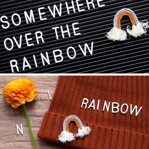 So bastelst du aus Kordel und Garn einen angesagten Mini-Regenbogen als Anstecknadel. Die Anleitung gibt´s auf johannarundel.de