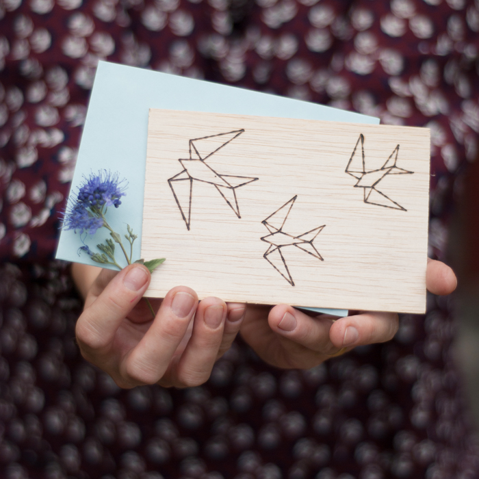 DIY Grusskarte aus Balsaholz mit geometrischem Schwalbenmotiv
