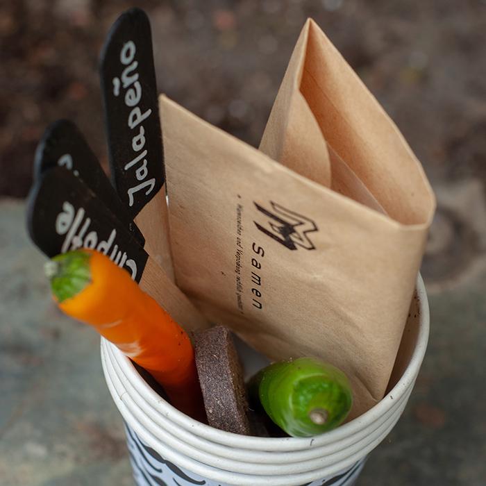 Hossa ist das scharf! Wenn er es gerne hot&spicy mag, dann schenke ihm doch ein Chili-Pflanzset. So kann er sich sein feurigen Schoten stets frisch ernten und außerdem wird es auf der Fensterbank schön grün und er denkt auch mal ans Blumengießen ;-)