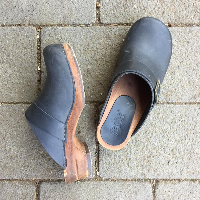 Flohmarktfunde: Schwarze Holz-Clogs von Sarita Denmark