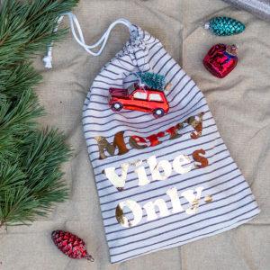 Dieses Jahr packe ich unsere Geschenke in DIY-Geschenkbeutel ein. Mit den weihnachtlichen Plotter-Designs zum Aufbügeln sehen die selbstgenähten Gift-Bags richtig schön festlich aus! Die Beutel lassen sich klein zusammenfalten und für den nächsten Einsatz platzsparend verstauen! Super, oder