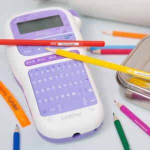 Mit dem Brother PH-Touch H200 kannst du alle Schulmaterialien mit dem Namen des Kindes kennzeichnen. Sogar schmale Buntstifte!
