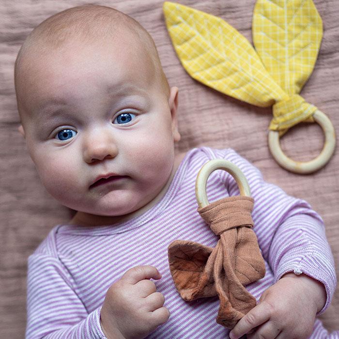Dieser Stoff-Greifling im Herbstblätter-Look ist ein tolles DIY Babyspielzeug zum Verschenken. Mit meiner Vorlage zum Download und der Nähanleitung ist das kleine Geschenk im Nu genäht.