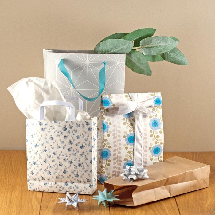 Wie du aus einem Tapetenrest oder Packpapier ganz einfach super schicke Geschenktüten falten kannst, zeige ich dir heute in meinem DIY zum 14. Adventstürchen.