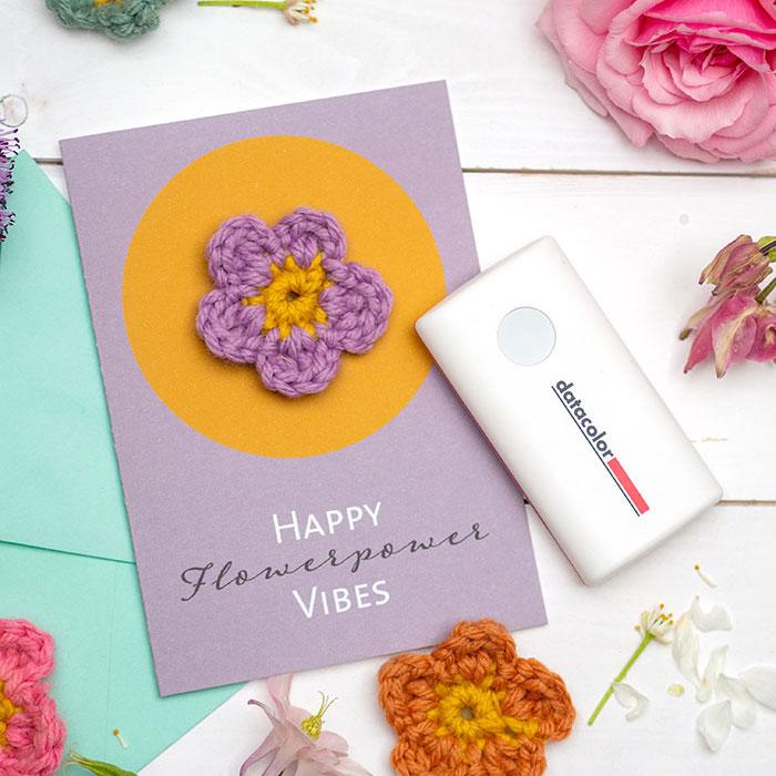 Sommerliche Do-it-Yourself Grusskarte mit Häkelblume und Farbmanagement