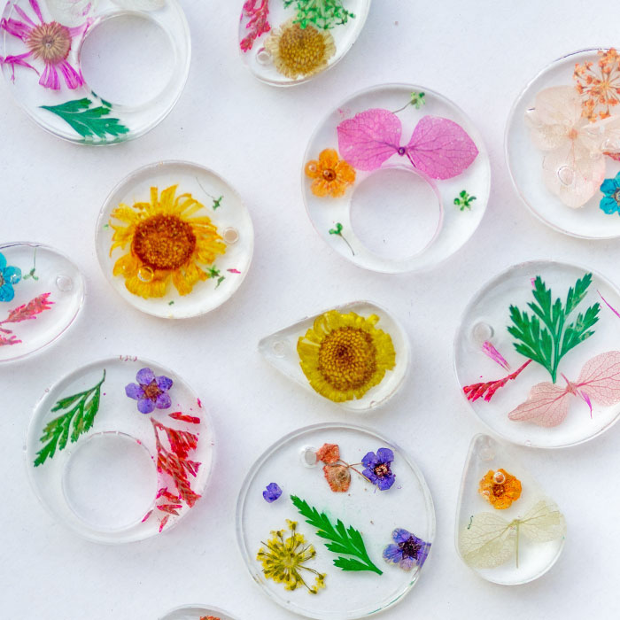 DIY Kettenanhänger aus Epoxidharz mit Trockenblumen