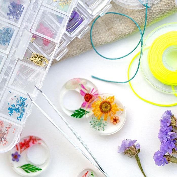 """Kennst du """"Resin-Art""""? Ich habe den aktuellen DIY-Trend getestet – und das sogar vor laufender Kamera! Mein Lieblingsprojekt, die Kettenanhänger mit Trockenblumen, stelle ich dir heute vor und verrate dir Schritt-für-Schritt, wie es geht und auf was du beim Arbeiten mit Epoxidharz achten musst."""