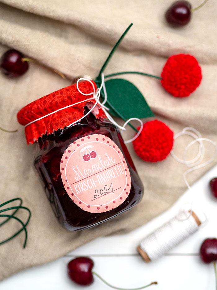 Endlich Kirschen! Heute gibt´s ein Rezept für Kirsch-Amaretto-Marmelade, ein Free-Printable-Etikett und eine Bastelanleitung für einen DIY Pompon-Kirschen-Anhänger. Auf johannarundel.de