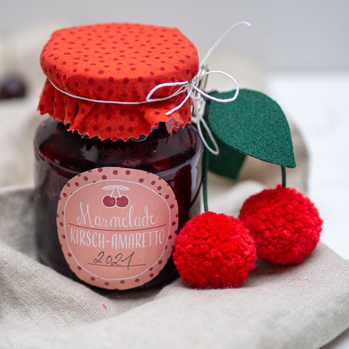 DIY Pompon-Kirsch-Anhänger und ein Rezept für Kirsch-Amaretto-Marmelade