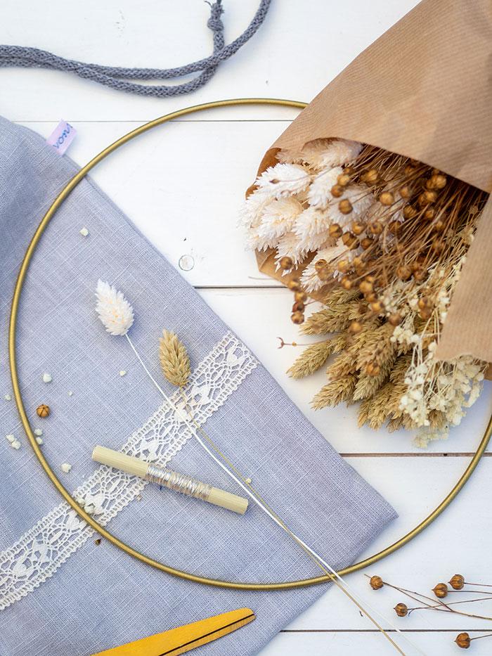 Einen sommerlichen Türkranz aus Trockenblumen zu binden ist gar nicht so schwer. Du brauchst dafür nur einen Metallreif, Trockenblumen, dünnen Blumendraht und eine Schere.
