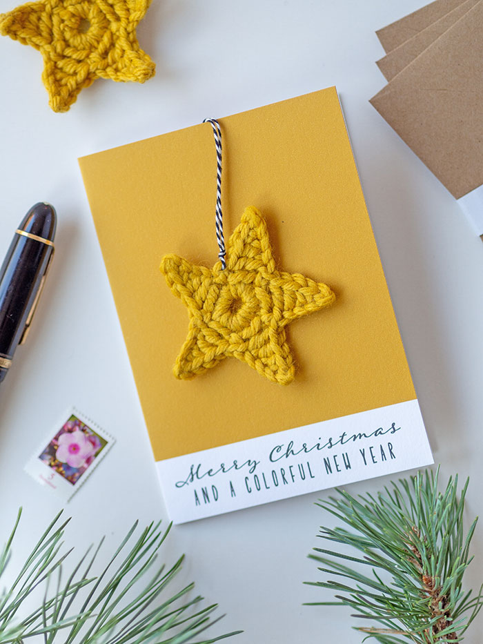 Gestalte Deine Do-it-Yourself Weihnachtskarte mit einem selbstgemachten Häkelstern und drucke die Untergrundfarbe der Klappkarte im selben Farbton aus! Geht ganz einfach – mit dem ColorReader von Datacolor.