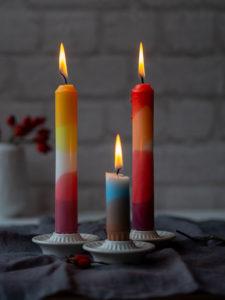 Hallo Herbst! Draußen ist es nass und usselig, also mache ich es mir drinnen mit einem heißen Tee und ein paar hübschen DIY Kerzen auf dem Sofa gemütlich. Willst du wissen, wie aus stinknormalen weißen Kerzen vom Möbelschweden so hübsche, bunte Unikate werden? Ist ganz einfach – komm ich zeig´s dir!