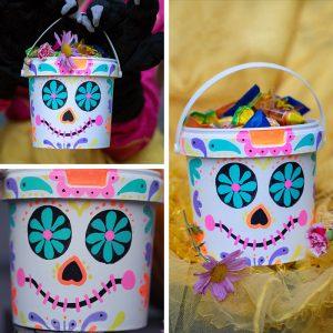 Ein großer Joghurtbecher wird mit ein paar bunten Paintmarkern zu einem tollen DIY Süßigkeiten-Eimer für die Halloween-Beute. Ein kinderleichtes Upcycling-Projekt im Dia-de-los-Muertos Stil.