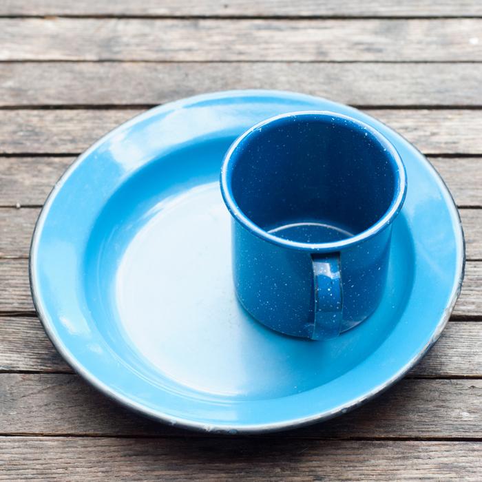 blaue Emaille Tasse und Teller