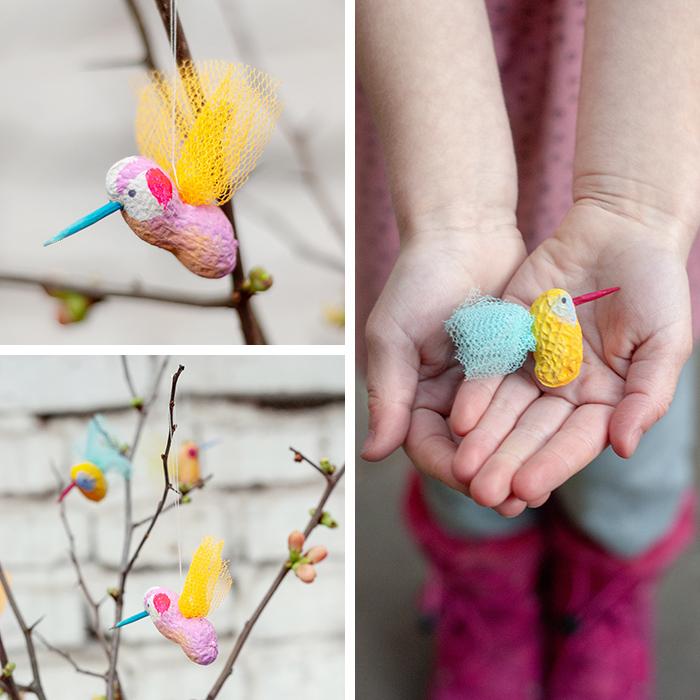 Aus einer einfachen Erdnuss kannst du mit ein wenig Farbe, Tüll und Fantasie herrlich bunte DIY Vogel-Anhänger für deinen Frühlingszweig in der Vase basteln. Tutorial von johannarundel.de