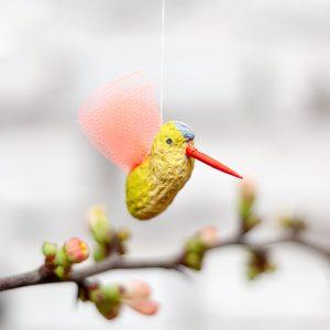 Bunter Vogel-Anhänger aus einer Erdnuss