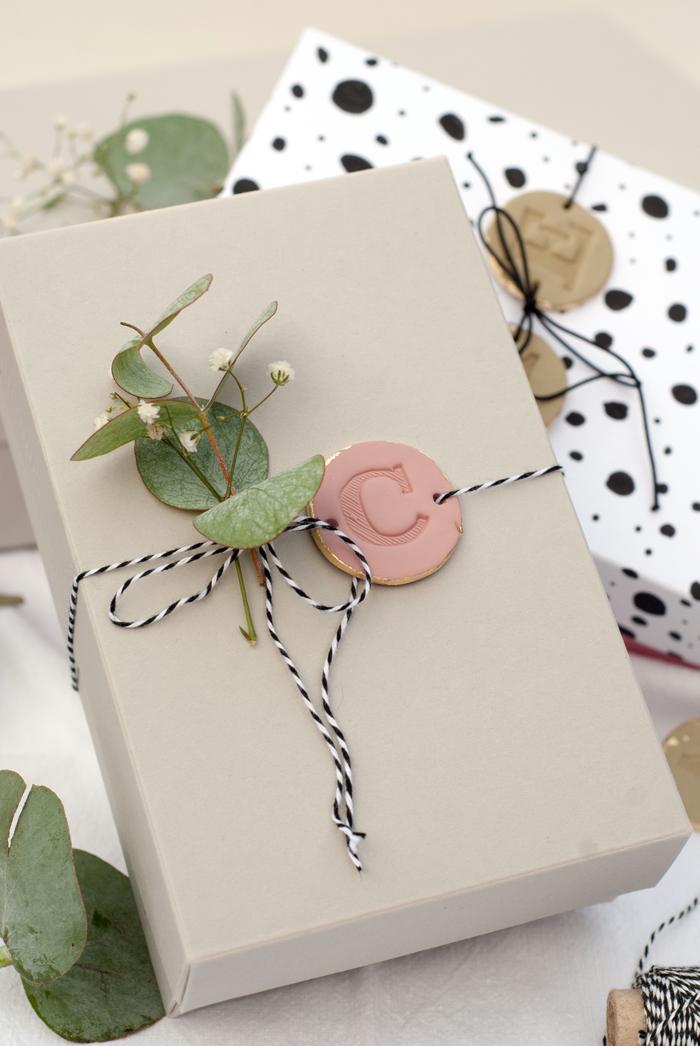 Zauberhafte DIY Geschenkanhänger mit Buchstaben Monogramm zum Verzieren von Geschenken – zum Beispiel zu Weihnachten. Eine Anleitung von johannarundel.de