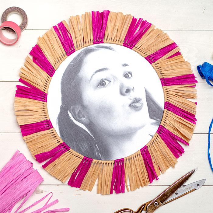 In ein paar Wochen wird meine Tochter offiziell ein Teenager 12! Schon lange wünscht sie sich eine Foto-Wand in ihrem Zimmer – diesen Wunsch erfülle ich ihr jetzt zum Geburtstag. Dafür habe ich verschiedene Foto-Print-Varianten ausprobiert. Dazu noch ein paar kleinen DIY´s aus Raffia-Bast und fertig war die kunterbunte Gallery-Wall im Boho-Stil.