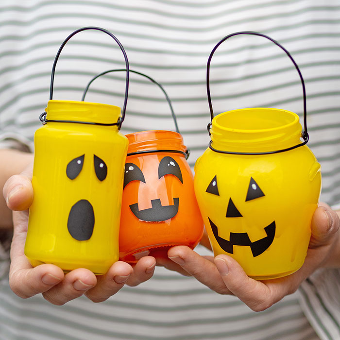 DIY Halloween-Deko: Upcycling Grusel-Kürbis-Windlichter