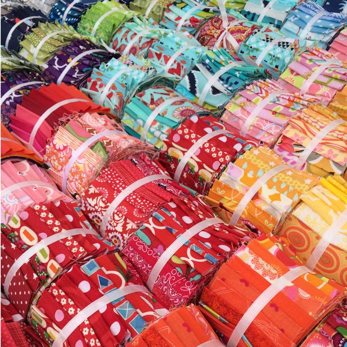 Hinter Türchen Nummer 16 wird es heute richtig stoffig! Andrea Kollath ist mit ihrem Laden Quiltmanufaktur mit an Bord.Der/die Gewinner*in darf sich aus Andreas Sortiment, das man auch im Onlineshop ansehen kann, eine Jelly Roll aussuchen.