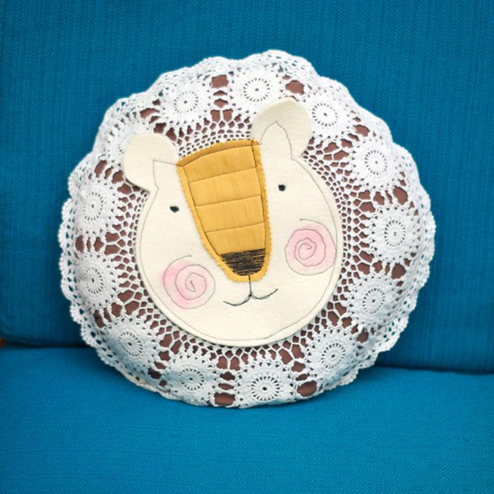 Aus einem runden Oma-Spitzenkissen kannst du ganz einfach einen süßen Sommerlöwen fürs Sofa basteln. Mehr dazu auf johannarundel.de