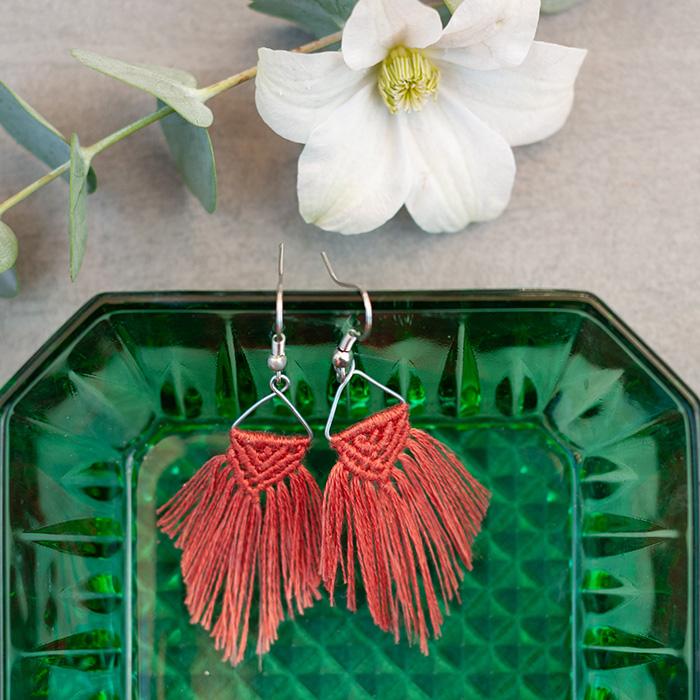 Diese süßen DIY Macramee-Ohrringe sind das perfekte Sommer-Accessoire. Der leichte Schmuck ist schnell und einfach geknüpft und ein perfektes Geschenk für die nächste Party. Tutorial auf johannarundel.de