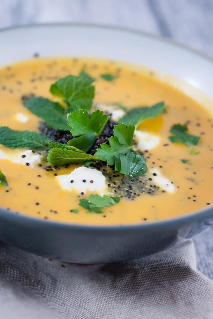 Mit dieser leckeren, frischen Karottensuppe kriegst du sogar den letzten Gemüseverweigerer an den Tisch! Das Rezept findest du auf johannarundel.de