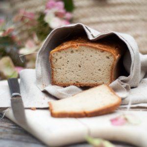 """Heute gibt's gleich zwei Lieblingsrezepte für dich: Leckeres Paleo """"Sauerteig"""" Brot und eingelegte rote Zwiebeln."""