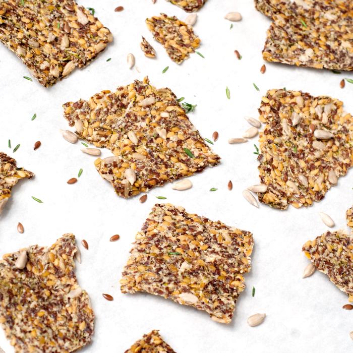 Diese super gesunden Paleo- (und Vegan!) Zucchini-Cracker sind der perfekte Chipsersatz und ganz leicht nach zu backen. Ein Rezept von johannarundel.de