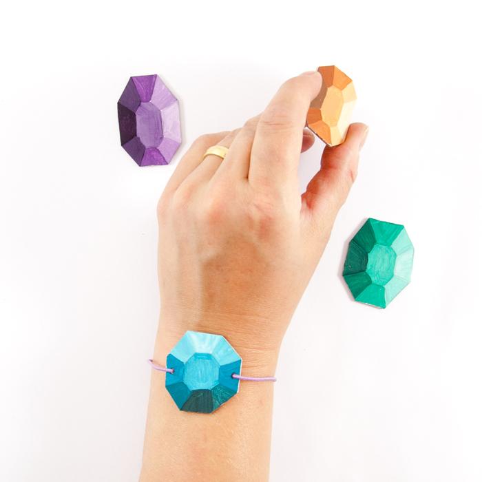 Juwelen aus Pappe, täuschend echt bemalt, als Geschenkanhänger, Armband oder Weihnachtsbaumschmuck. Ein DIY-Tutorial von johannarundel.de