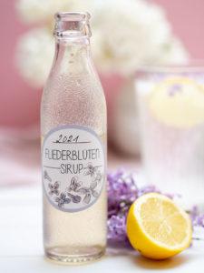 Ich liebe Flieder! Wusstest du, dass man das tolle Aroma auch konservieren kann? In einem selbst gemachten Flieder-Sirup! Daraus lässt sich dann zum Beispiel ein leckere Limonade zaubern – komm ich verrate dir das Rezept. Und ein Etikett zum selbst Ausdrucken habe ich auch noch für dich vorbereitet! Auf johannarundel.de!
