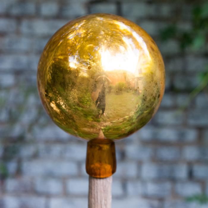 Flohmarktfunde: Goldene Rosenkugel mit Patina