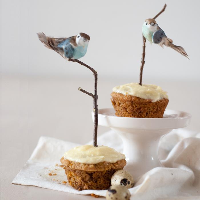 Rübli-Muffins mit Frischkäsecreme und frühlingshaften Vogelhochzeit-Toppern