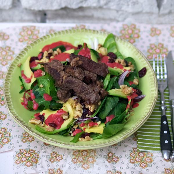 Salat von jungen Blättern, mit Avocado, Cranberries, gerösteten Walnüssen, Steak-Sreifen und einem himmlischen Himbeerdressing
