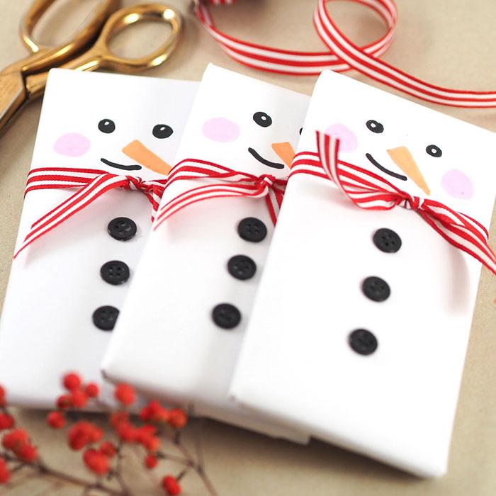 So bastelst du ganz einfach ein kleines Last-Minute Geschenk: Packe eine Schokoladentafel als Schneemann ein! Die Materalien dafür hast du bestimmt im Haus. Ein Tutorial von johannarundel.de