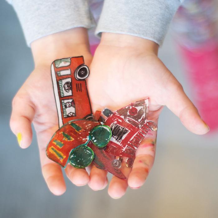 Kennst du Schrumpfplastik? Mit dieser Zauberfolie entwirfst du im Nu wunderschöne Schlüsselanhänger, zum Beispiel in Form eines Autos. Mit meiner Anleitung ist das Nachbasteln ein Kinderspiel. Ein Tutorial von johannarundel.de