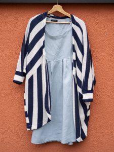 Flohmarktfunde: Second-Hand Outfit, gestreifte, lange Strickjacke und hellblaues Leinenkleid