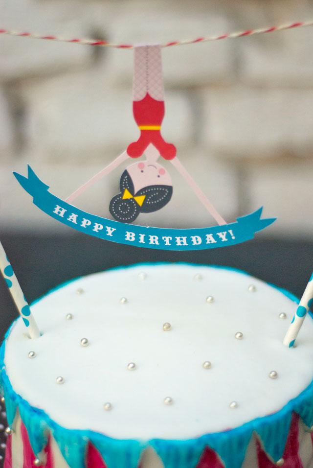 Zirkus-Geburtstagstorte mit Ombre-Effekt