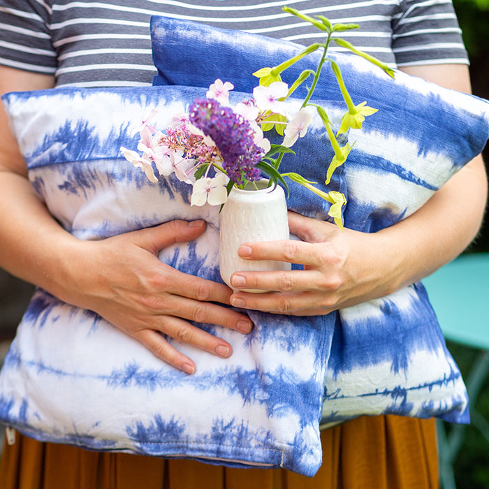 Sommer-DIY: Kissenbezug im Shibori-Style färben