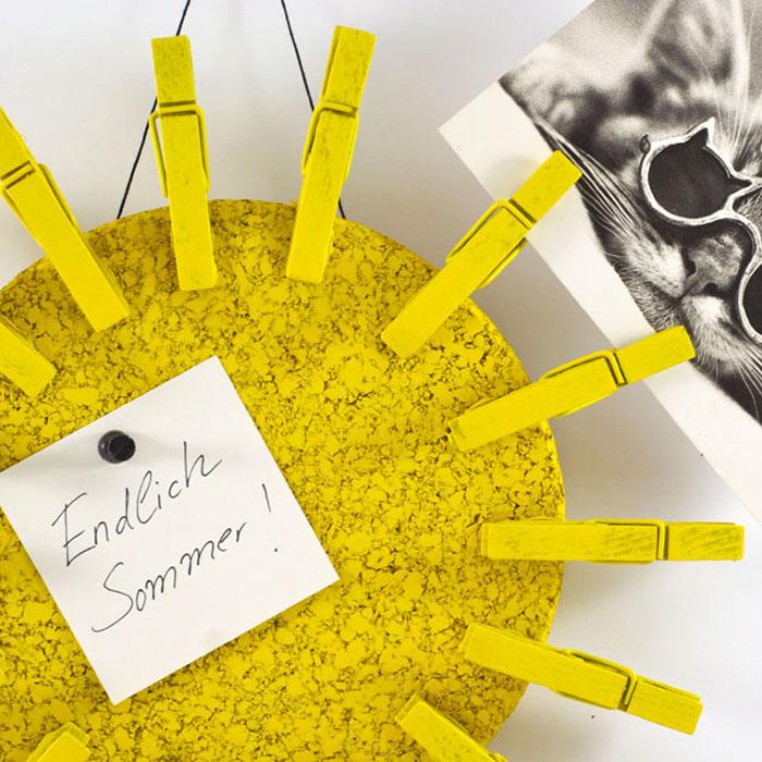 DIY Kartensammler. Mit dieser süßen Sonne sammelst du die Urlaubspost besonders fröhlich. Ein Tutorial von johannarundel.de